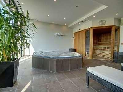 hotel sauna jacuzzi