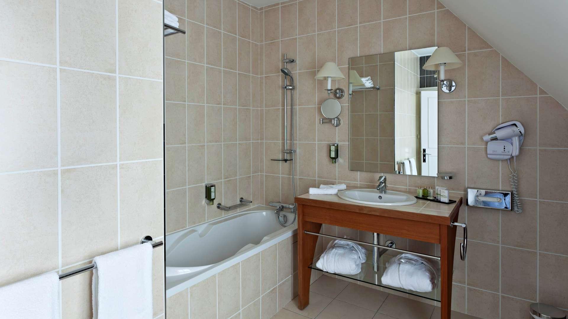 Salle de bains Chambre Charme Najeti Hôtel Château Cléry