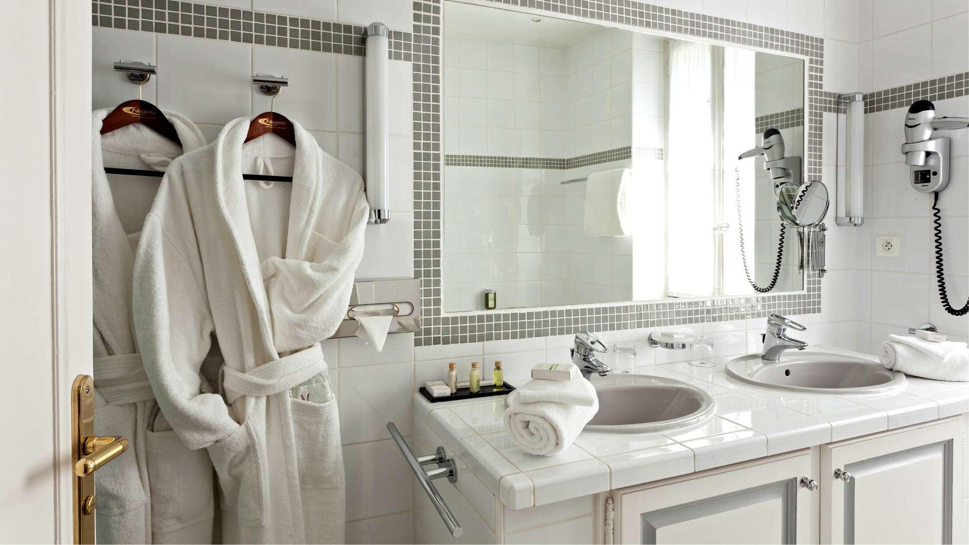 Salle de bain de la Chambre Luxe du Najeti Hôtel la Magnaneraie à Avignon