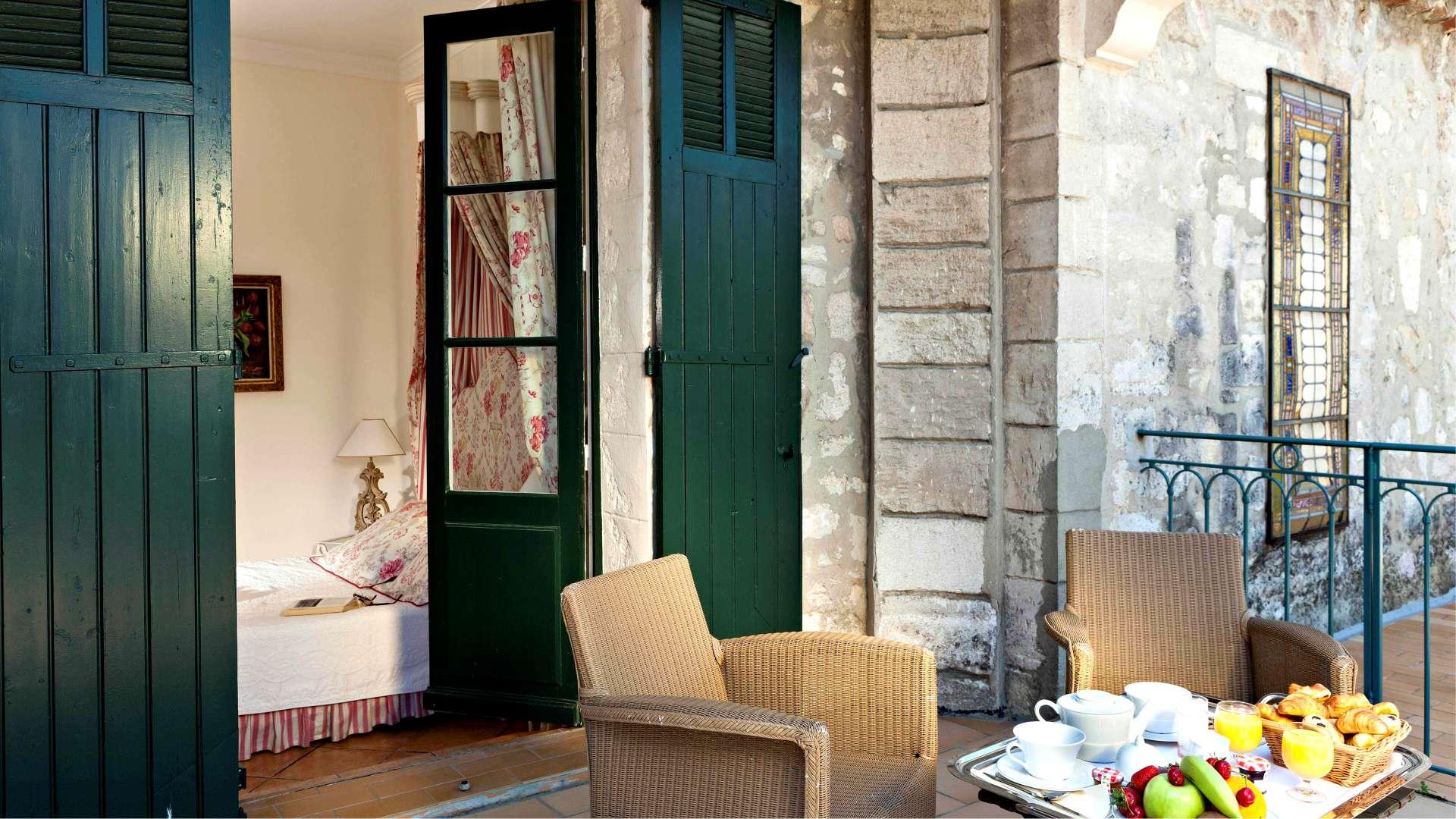 La terrasse de la chambre Luxe du Najeti Hôtel la Magnaneraie à Avignon