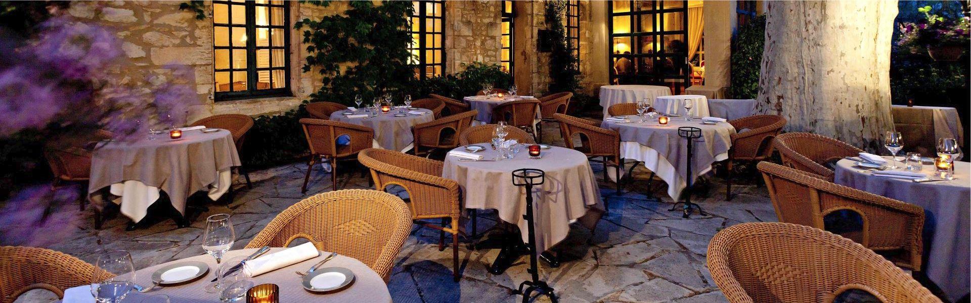 Terrasse du Najeti restaurant le Mûrier de Villeneuve-lez-Avignon.