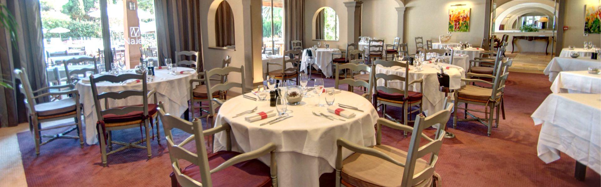 Salle du restaurant Najeti les Pins Parasols à Valescure.