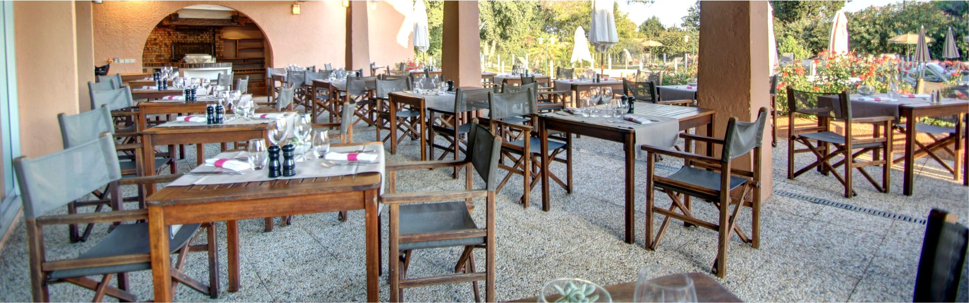 Terrasse du restaurant Najeti Les Pins Parasols.