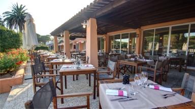 La terrasse du Najeti Restaurant les Pins Parasols