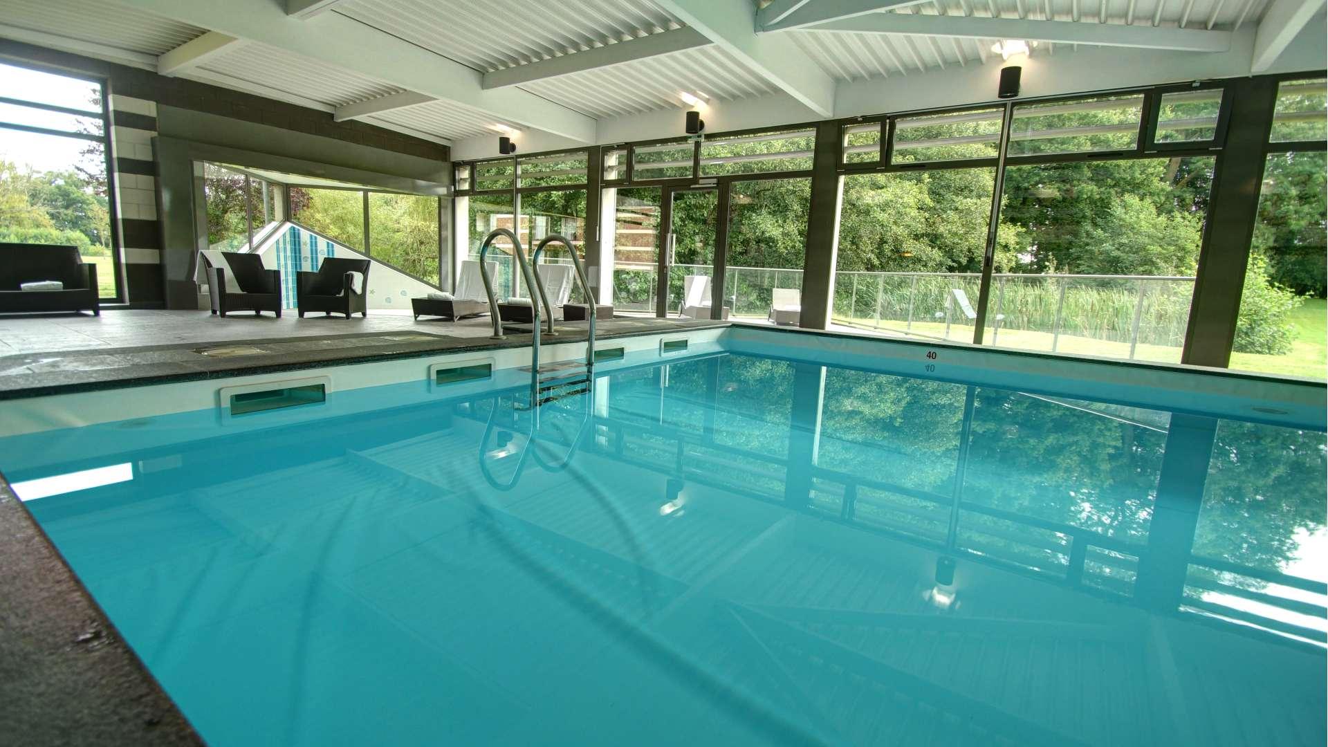 La piscine du Najeti Hôtel Château Tilques