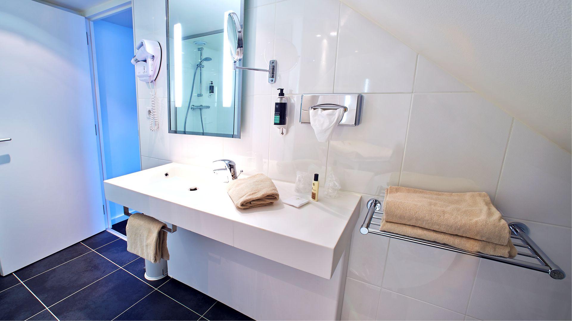 Salle de bain chambre Famille du Najeti Hôtel de l'Univers à Arras
