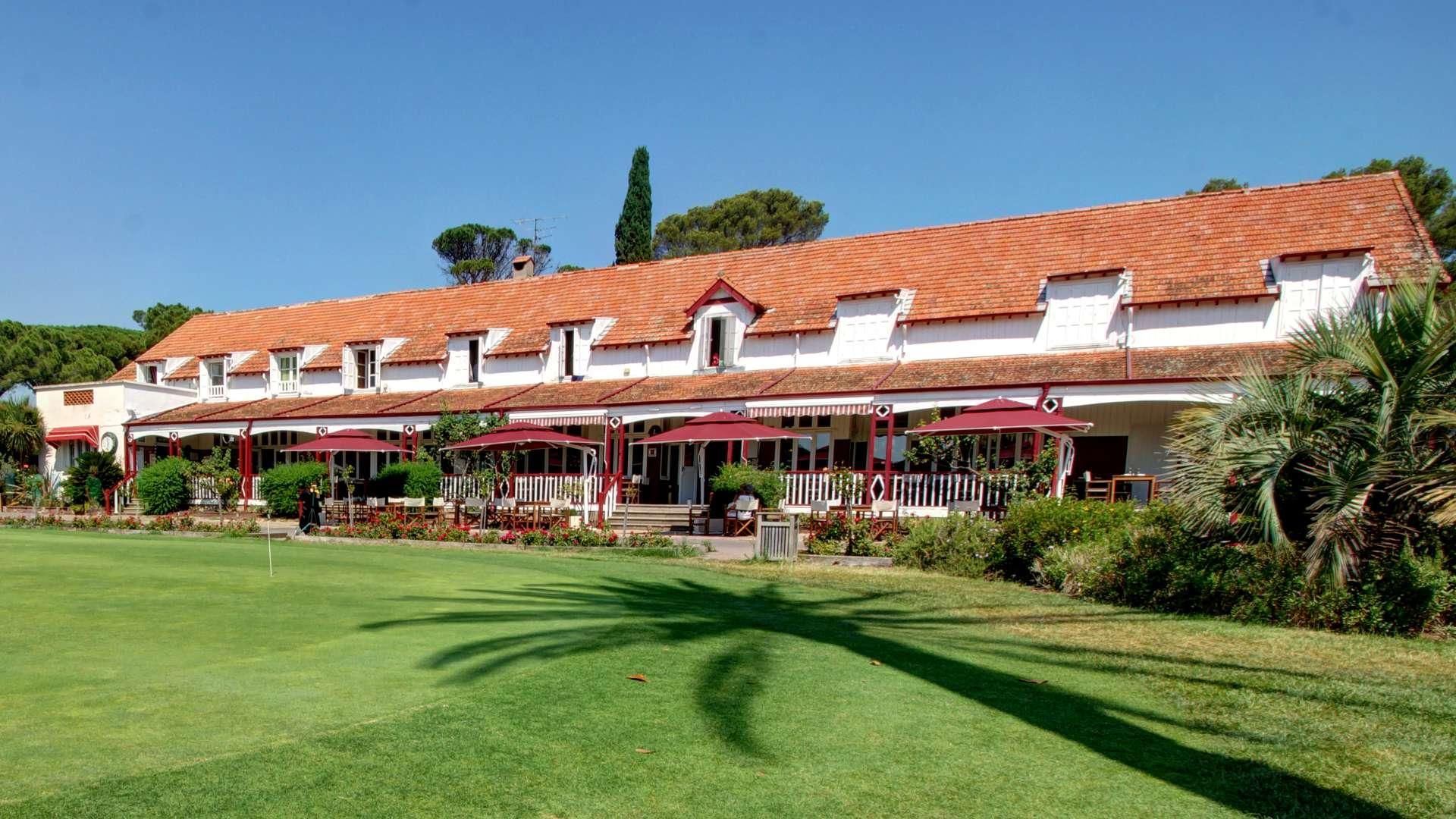 Façade du Najeti Golf Hôtel de Valescure à Saint-Raphaël