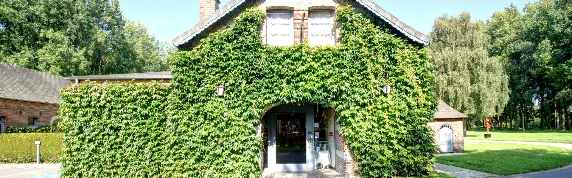 La façade du Najeti restaurant Le Vert Mesnil.