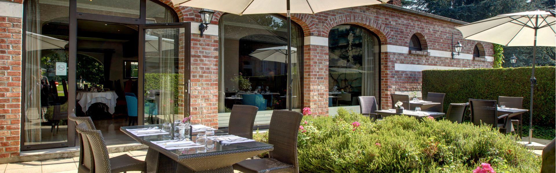 Photo de la terrasse l'été du restaurant Najeti Le Vert Mesnil.